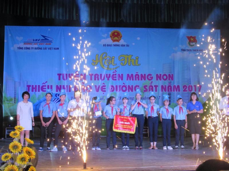 Các đại biểu trao cờ cho đội đạt giải Nhất