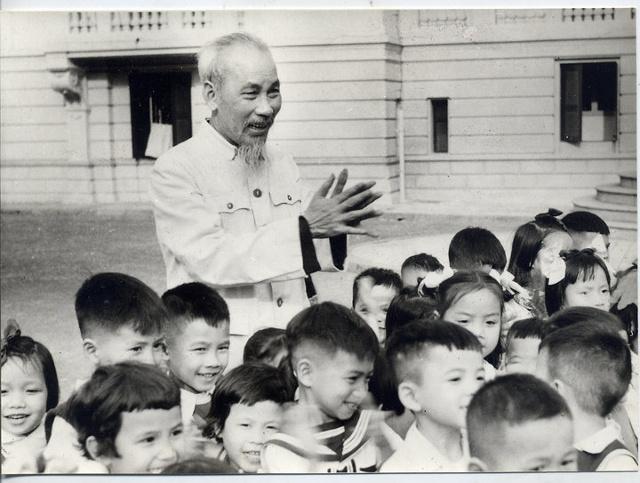 Các cháu thiếu nhi mừng sinh nhật Bác 70 tuổi (Ảnh chụp năm 1960 tại sảnh Phủ Chủ tịch)